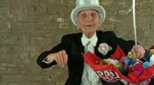 L'Illusionniste De Alain Cavalier 1990 - Documentaire - 13m0s /   Antoinette est illusionniste. Elle a 86 ans et exerce ce métier avec passion. Dans un tête à tête avec la caméra, Antoinette nous fait d'abord découvrir quelques tours de magie puis évoque des moments forts de sa vie.